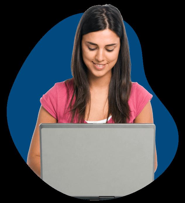 Chica feliz dando clase de inglés online por Skype
