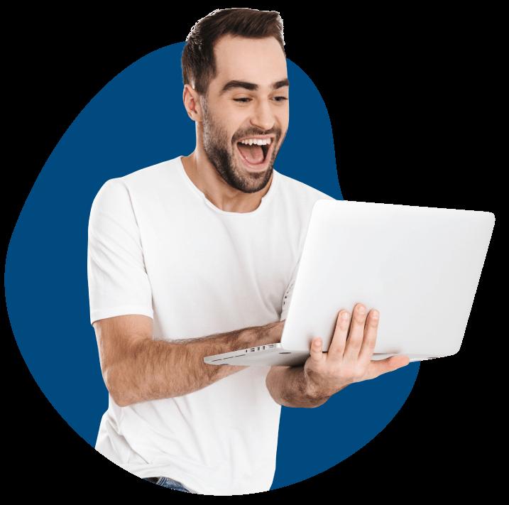 Chico feliz dando clase de inglés online por Skype